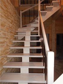 Деревянная белая лестница для дома на центральном косоуре лиственница