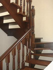 Деревянная лестница поворотная из лиственницы