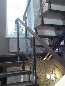 Лестница из нержавейки со стеклянными ограждениями