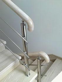 Деревянные лестницы с ограждениями из нержавеющей стали