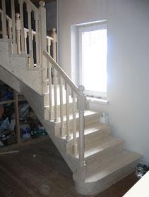 Недорогая деревянная лестница эконом класса