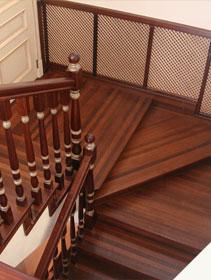 Деревянная лестница с поворотом на 180 из ясеня