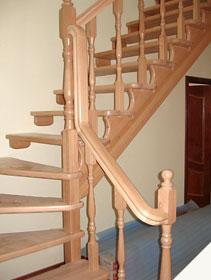 Деревянная поворотная лестница из бука