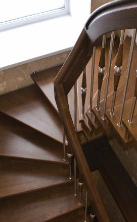 Белая деревянная лестница из лиственницы
