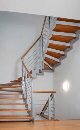 Белая лестница из ясеня с патиной