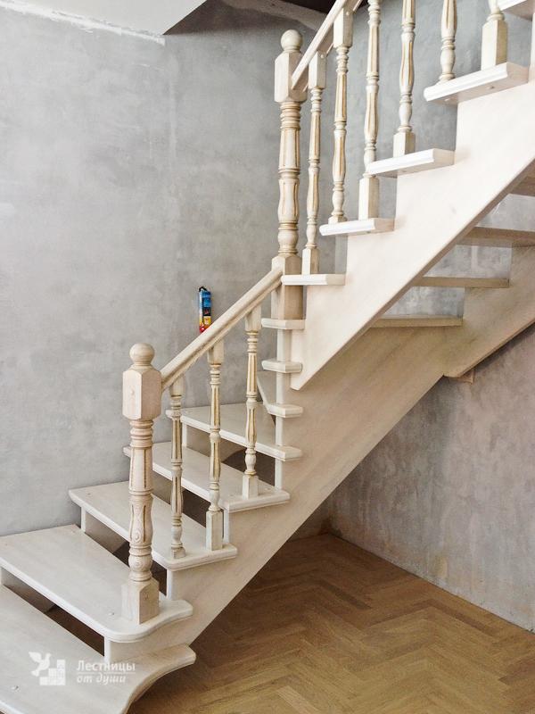 Белая лестница из ясеня с поворотом на 90