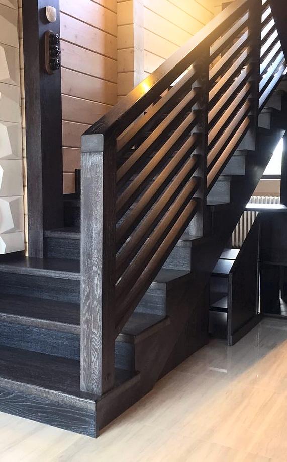 Черная лестница с серебристой патиной в современном стиле