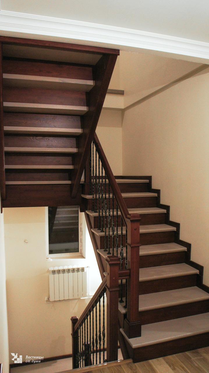 Разворотная лестница с ковкой в американском стиле