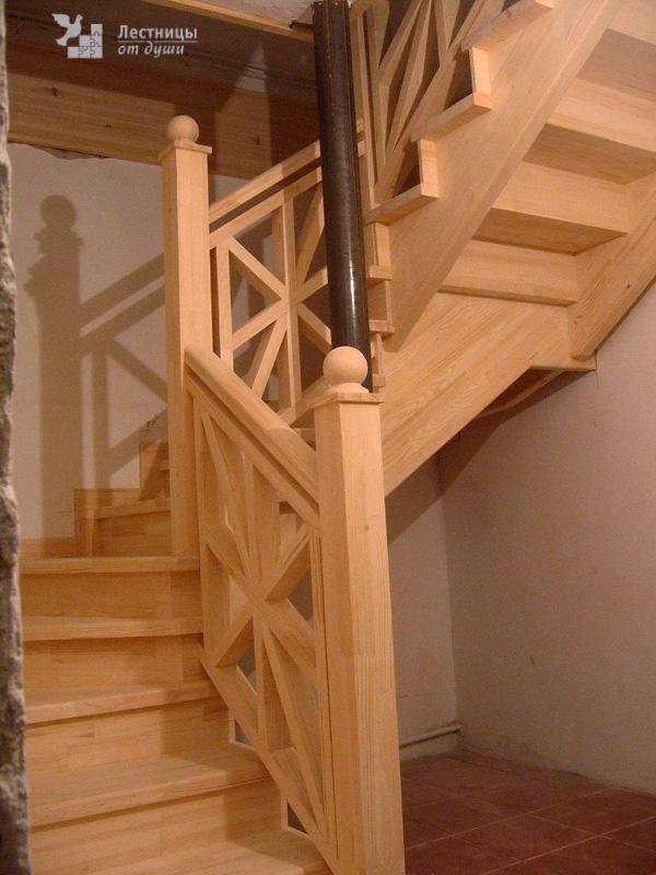 Деревянная лестница для дачи с поворотом на 180