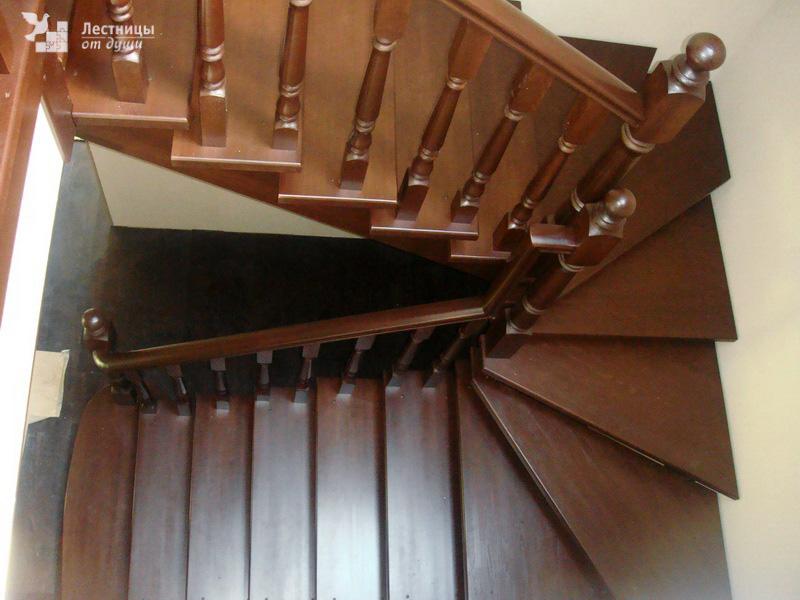 Деревянная лестница с поворотом на 180 градусов