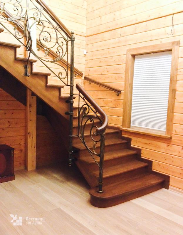Дубовая лестница с ковкой