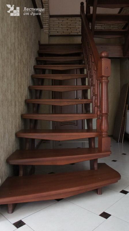 Двухмаршевая деревянная лестница с площадкой