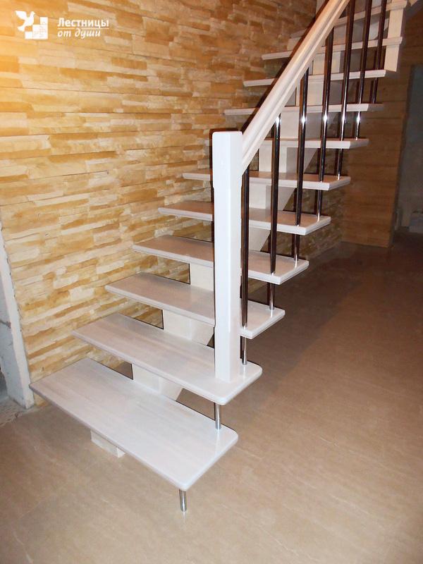 Двухмаршевая лестница из лиственницы с поворотом на 90