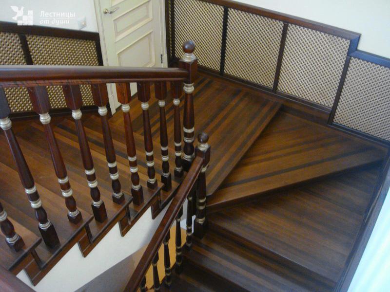 Двухмаршевая лестница из ясеня с площадкой по бетонному основанию