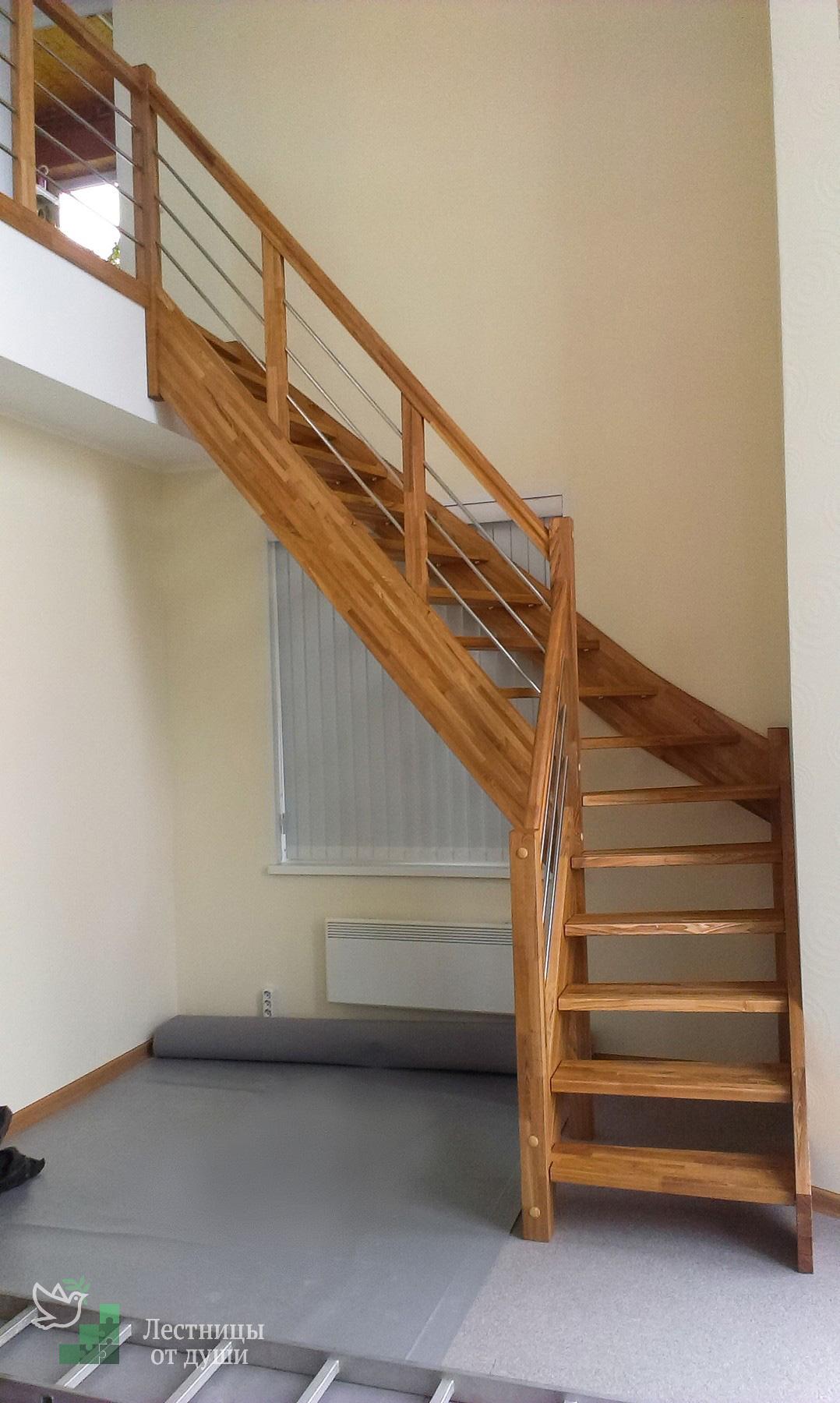 Лестница из ясеня на балкон второго этажа с ограждениями из нержавейки