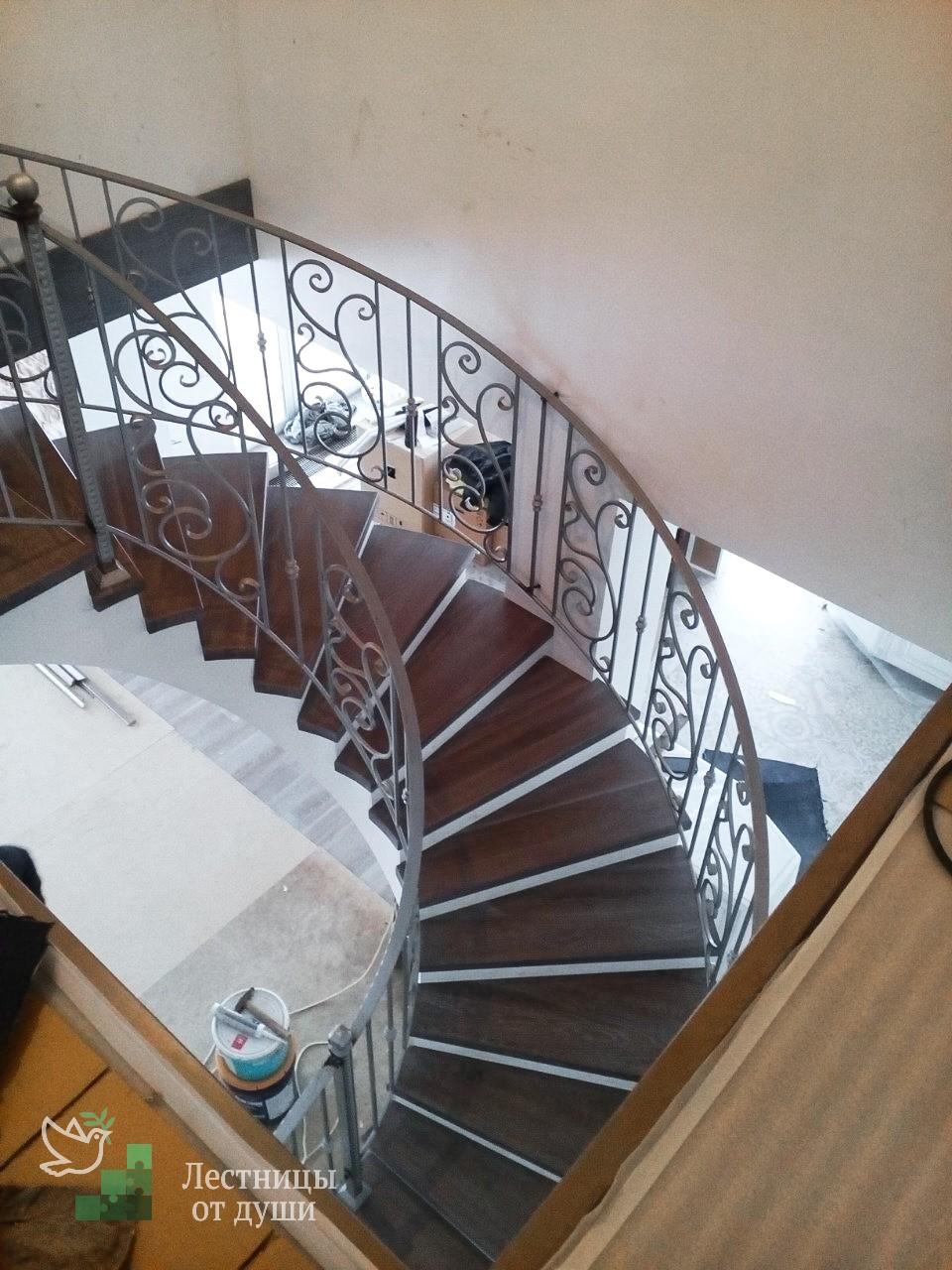 Полувинтовая деревянная лестница купить