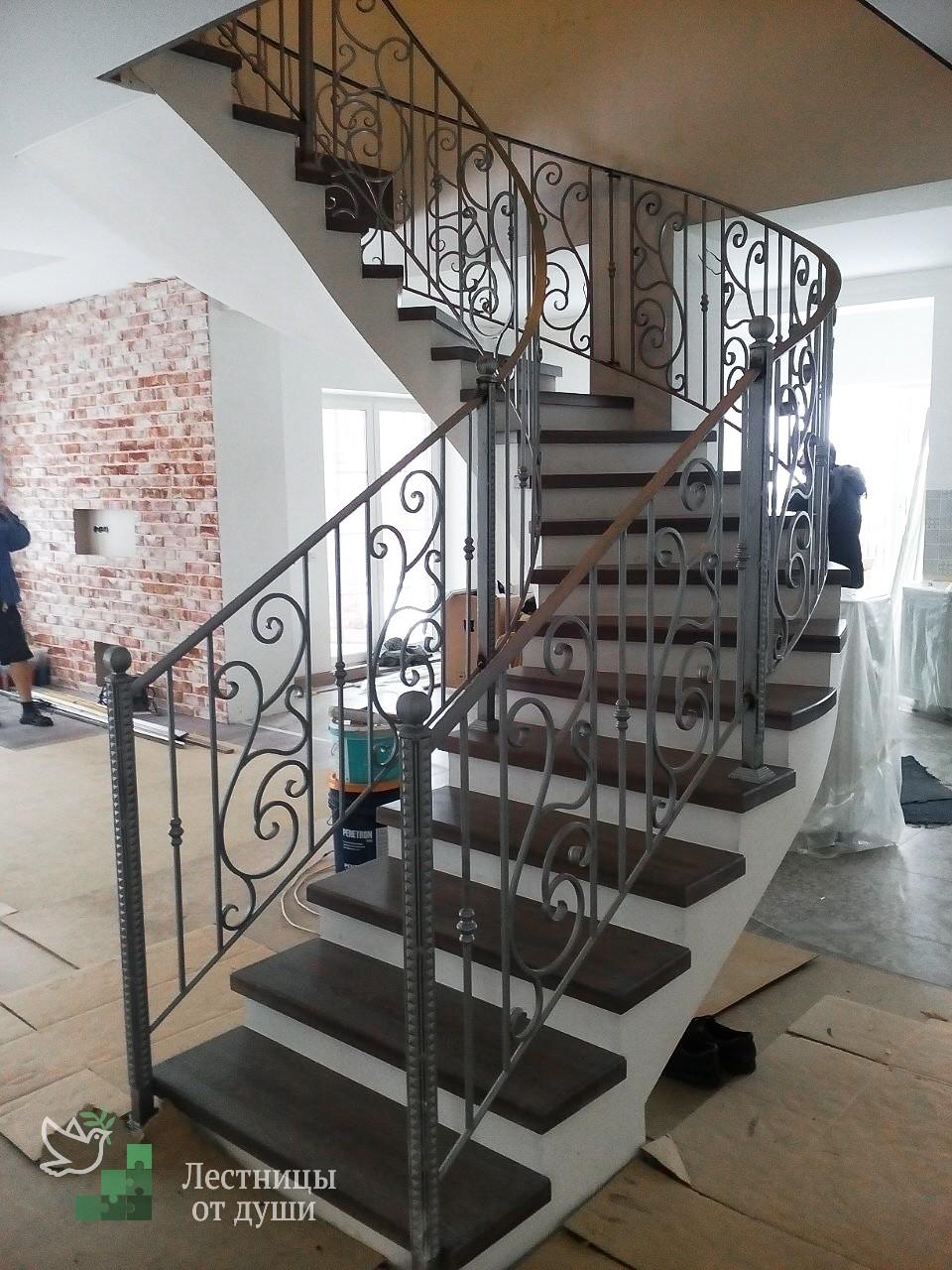 Полувинтовая деревянная лестница из бетона с ковкой цена