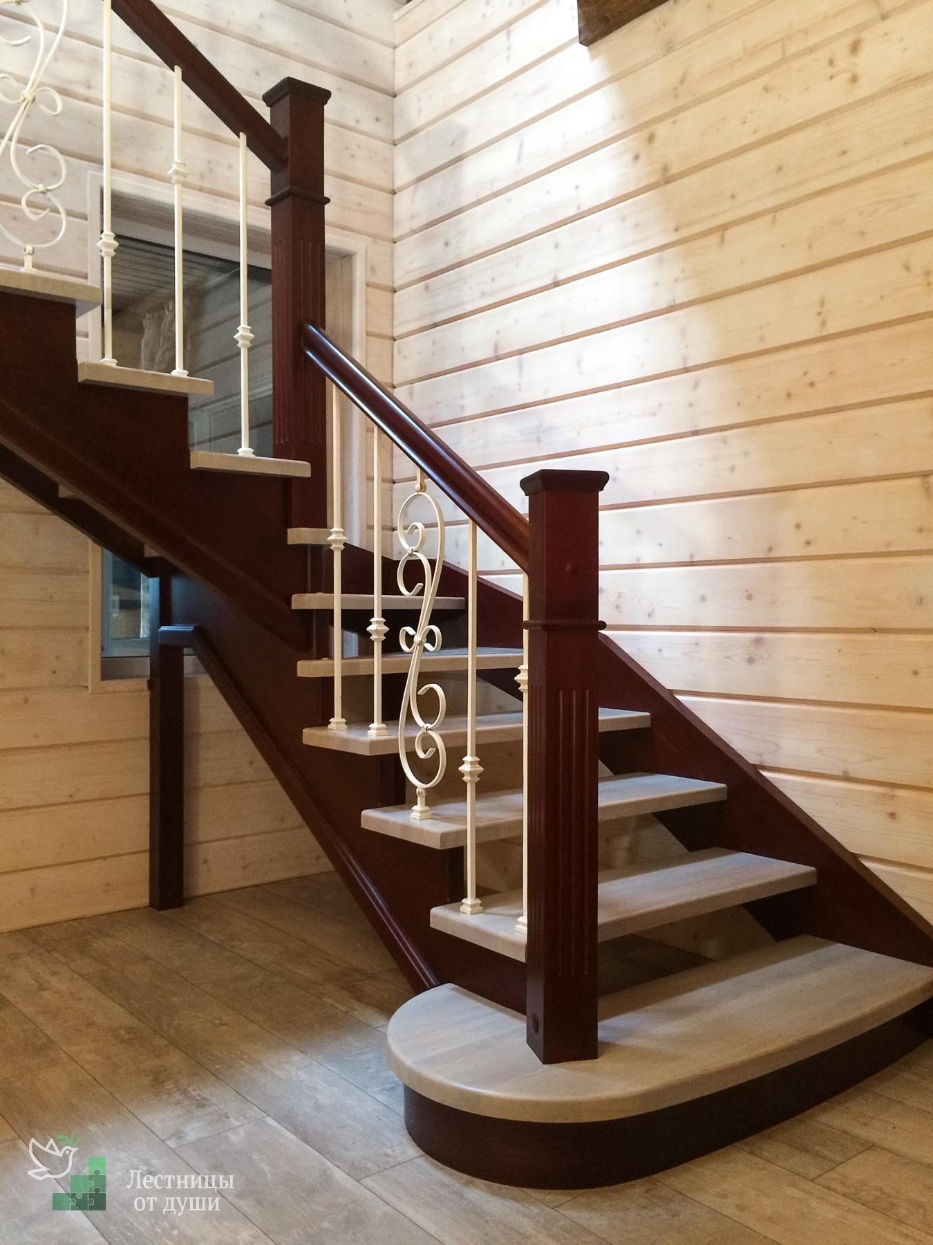 Двухцветная лестница из сосны и ясеня с кованым ограждением