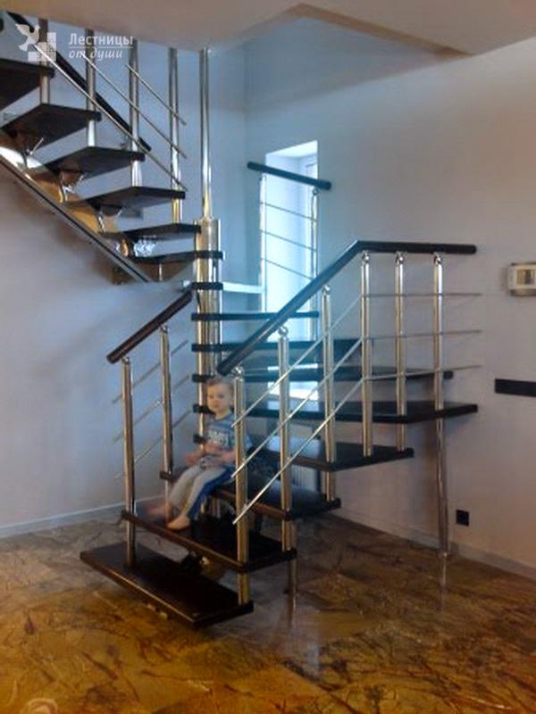Красивая лестница из нержавейки с дубовыми ступенями