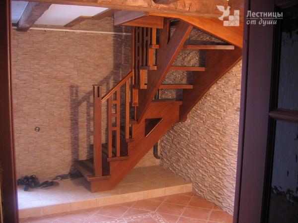 Лестница деревянная на косоуре с деревянными ограждениями