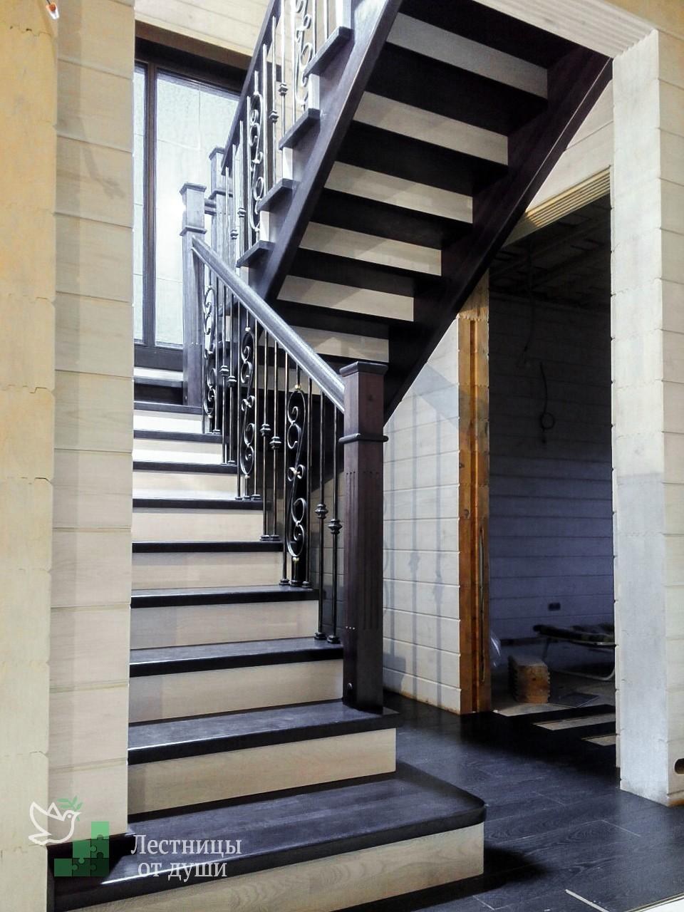 Лестница из дуба со светлыми подступенниками