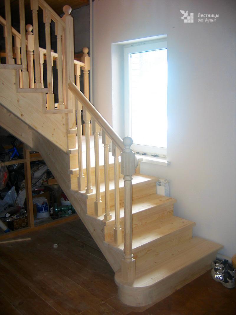 Лестница из сосны для дачи белая