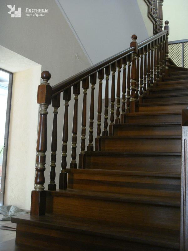 Лестница из ясеня двухмаршевая с забежными ступенями