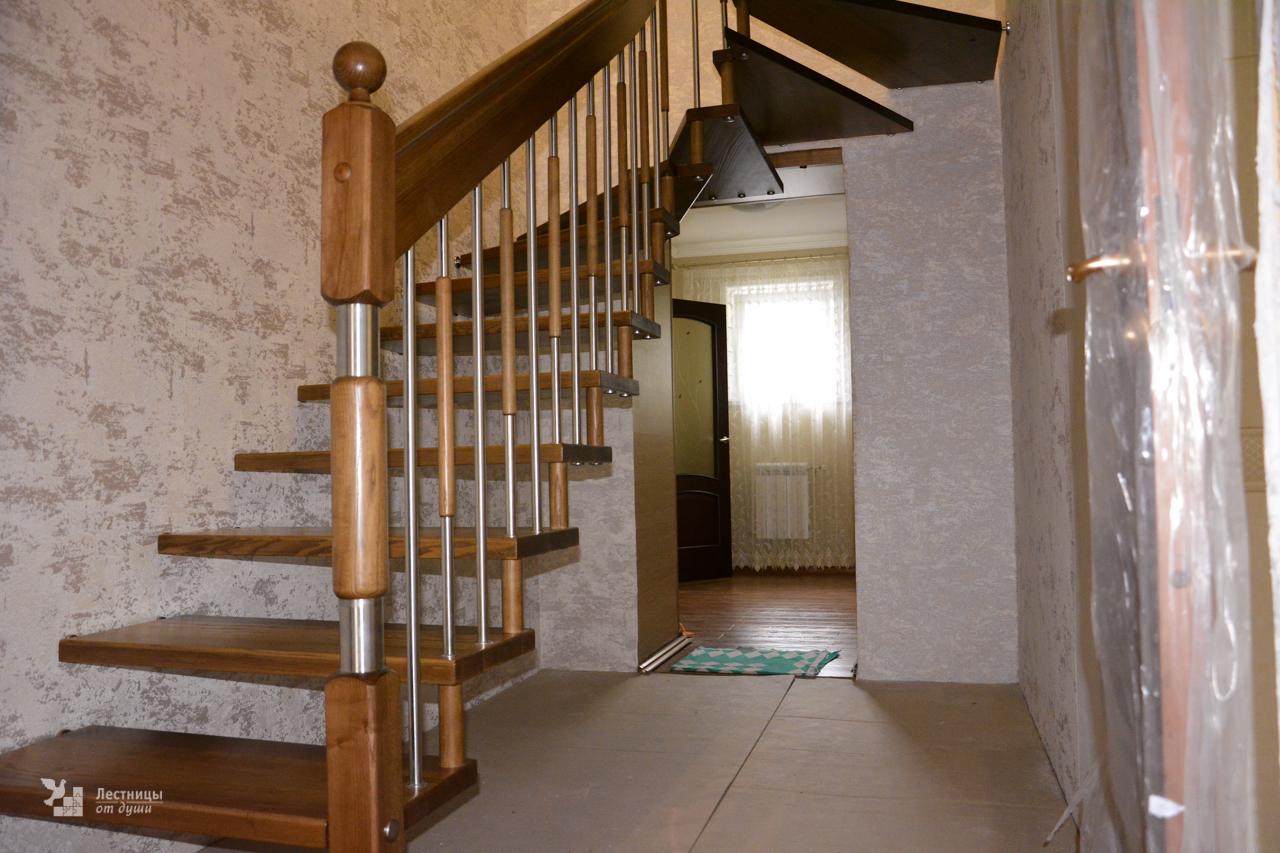 Лестница на больцах поворотная (крепление в стену)