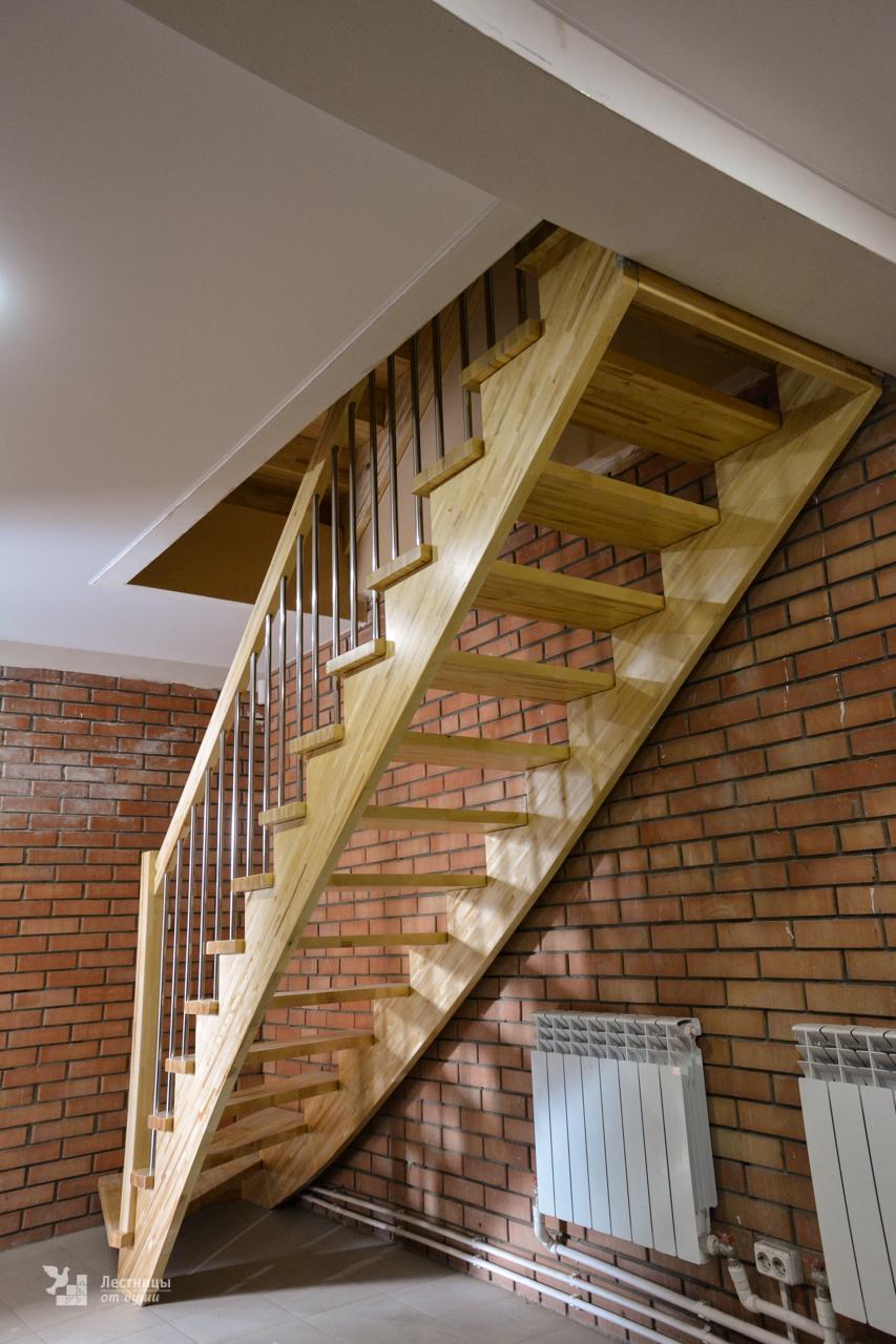 Лестница на косоурах с забежной ступенью