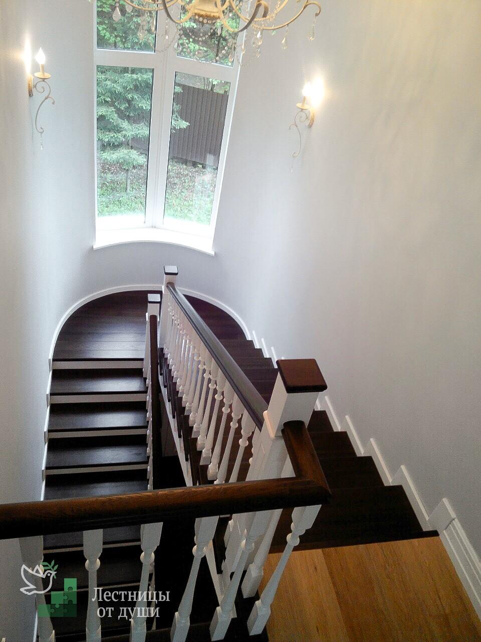 Бетонная лестница с дубовыми ступеньками