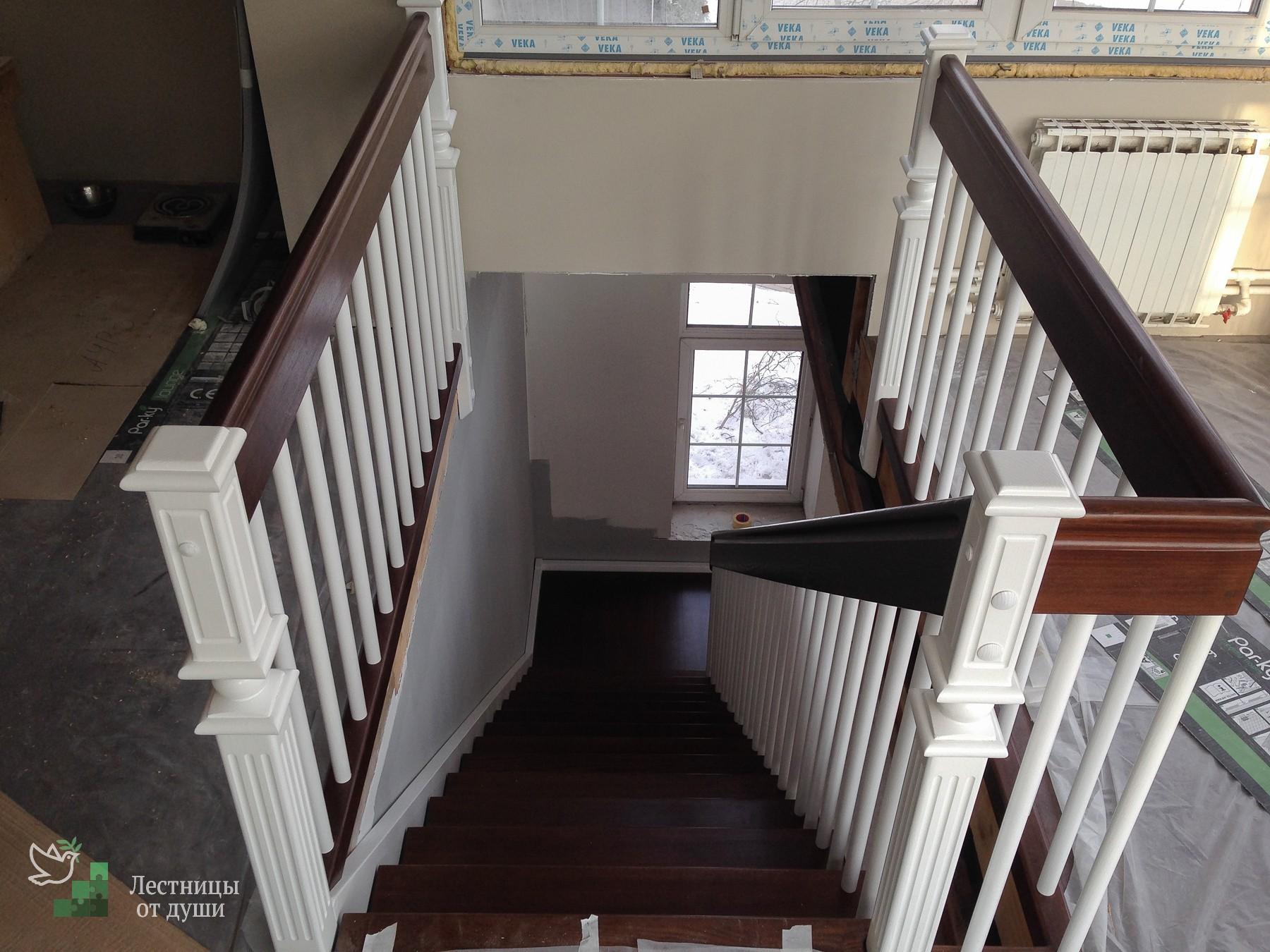 Лестница с оригинальными столбами