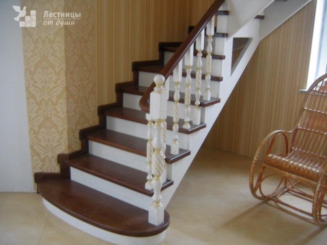 Лестница с поворотом на 90 градусов из дуба