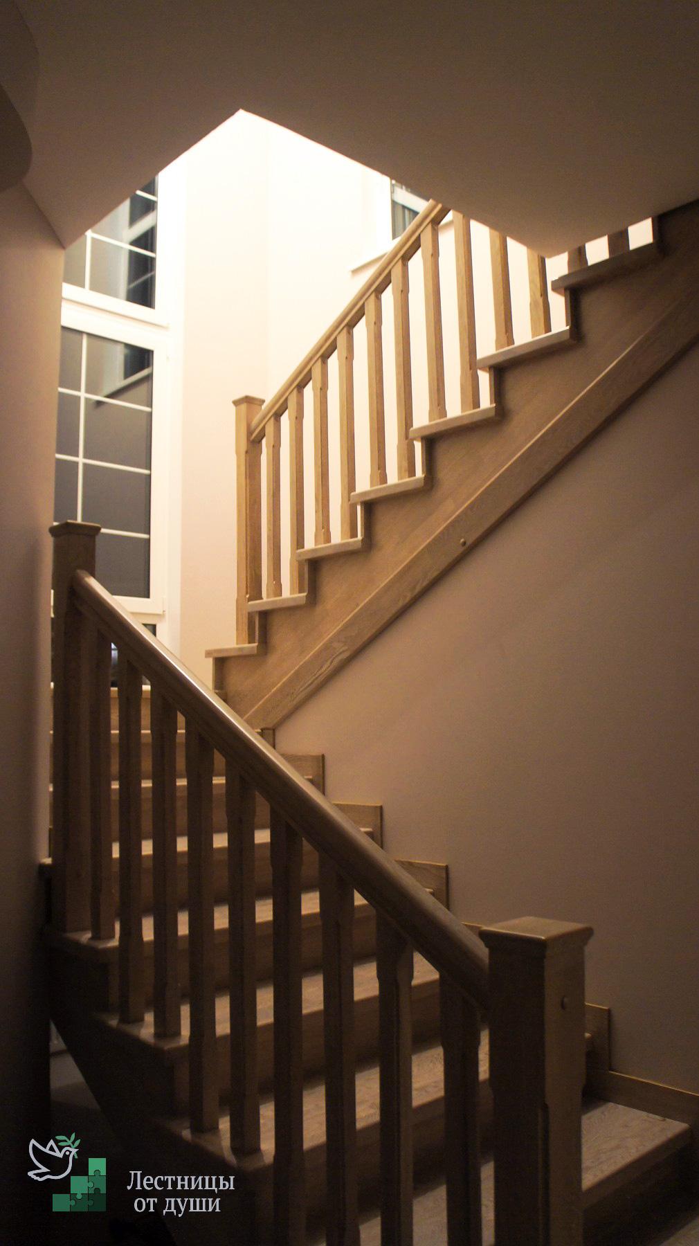 Лестница с разворотом правозаходная из дуба с подступенниками, светлая