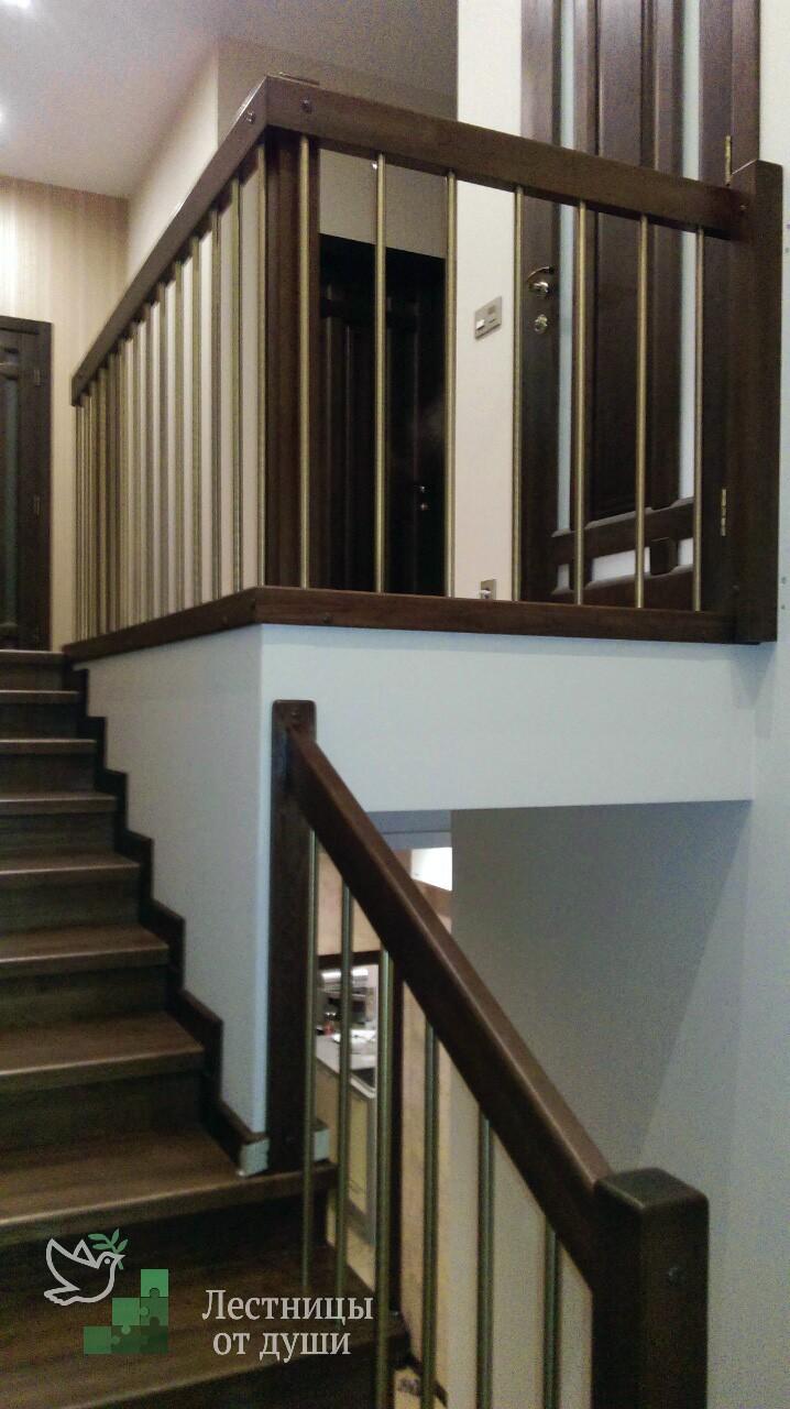 Деревянная лестница с хромированными трубками в ограждении