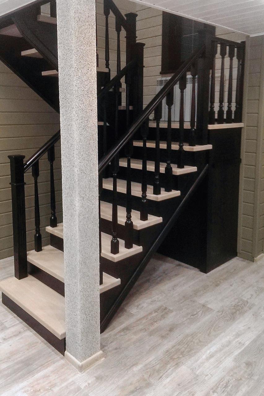 Классическая лестница с обустройством подлестничного пространства