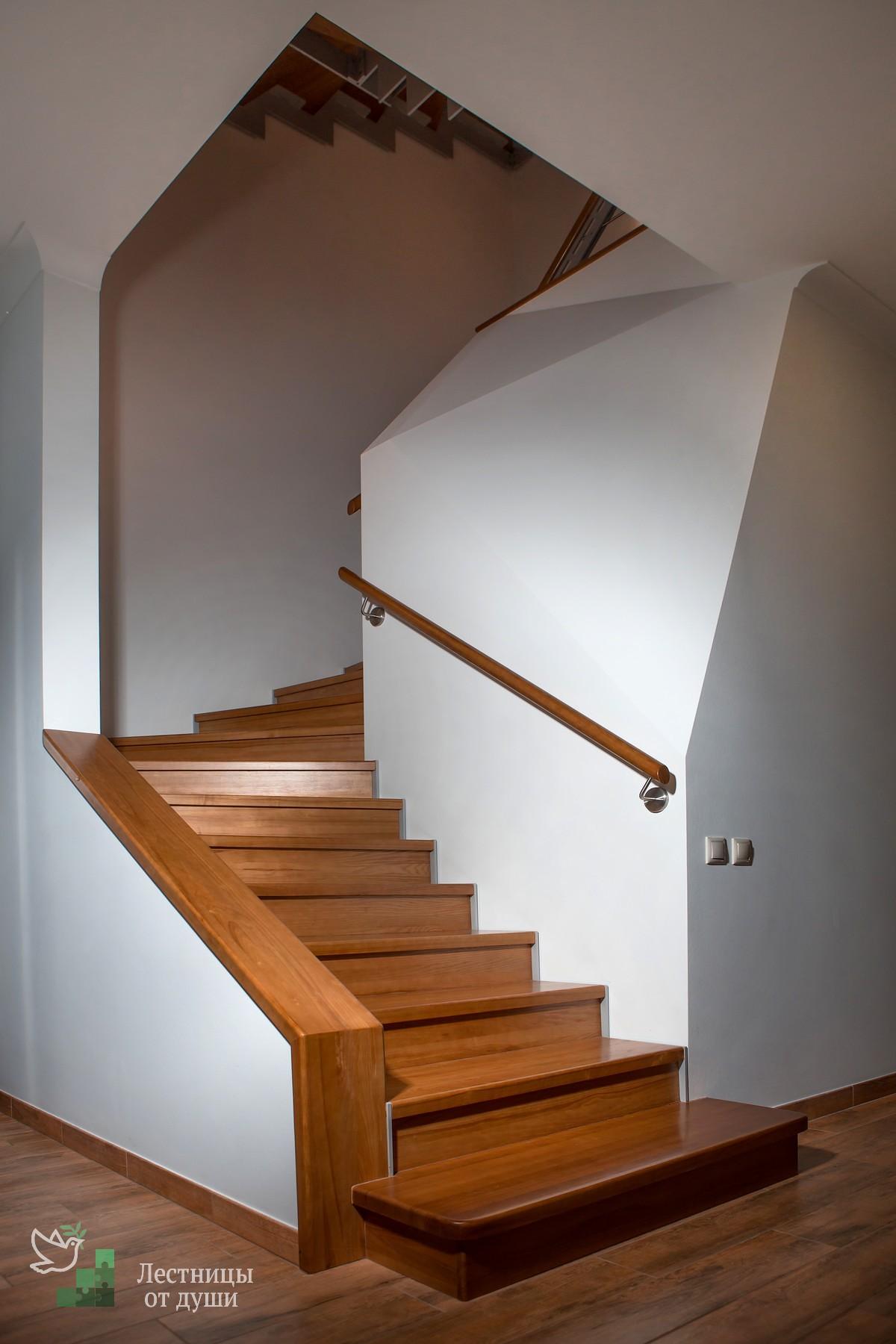 Разворотно-забежная лестница из ясеня, металла на третий этаж