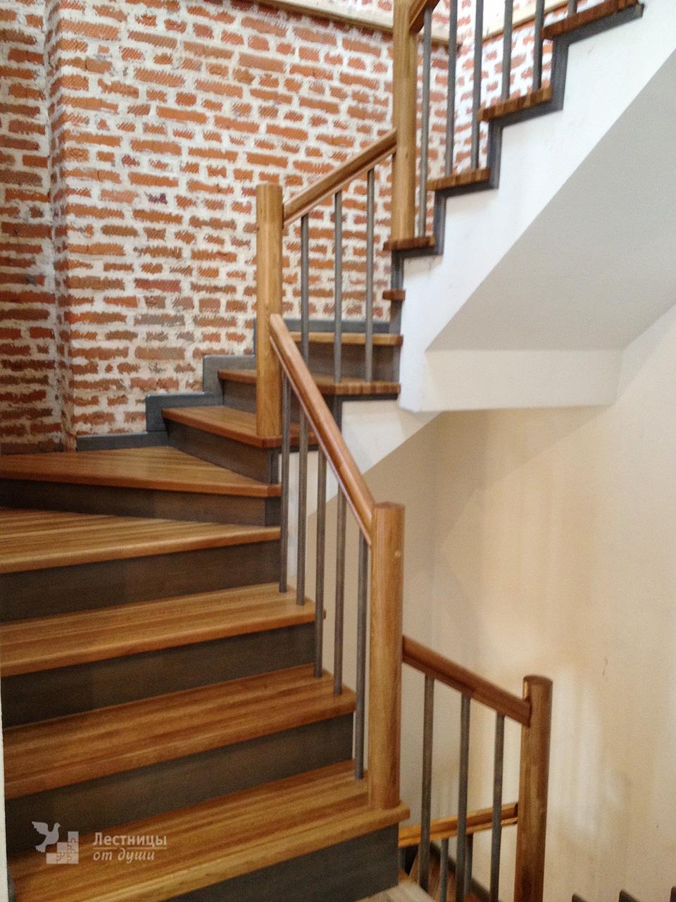Лестница из дуба и сосны на бетонном основании