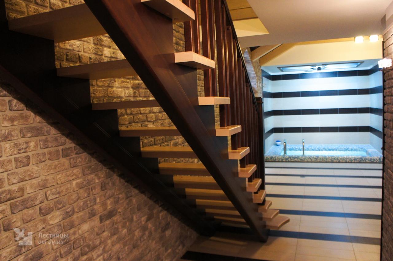 Двухцветная лестница из ясеня на косоурах
