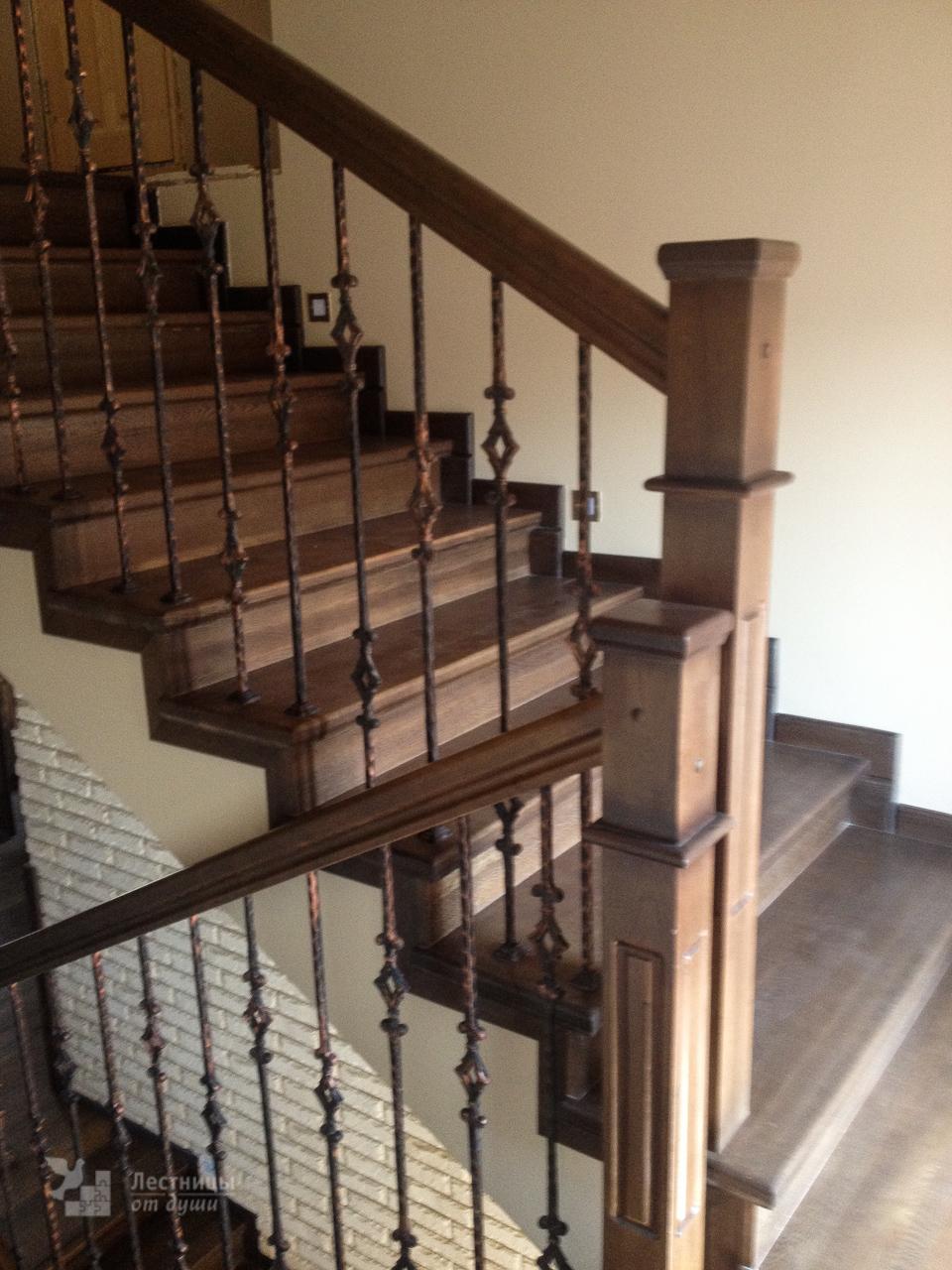 Деревянная лестница из ламельного дуба на бетонном основании