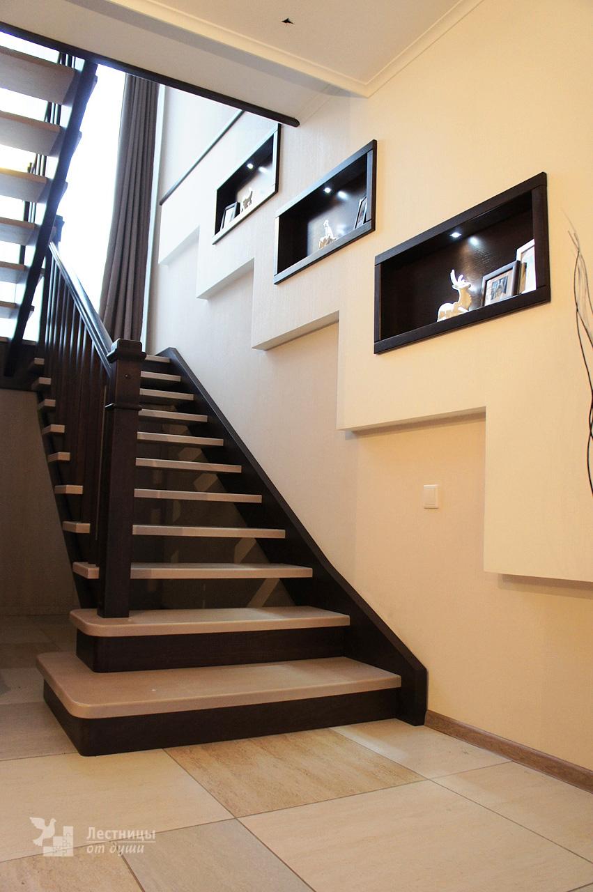 Современная лестница из ясеня с элементами стекла в ограждении