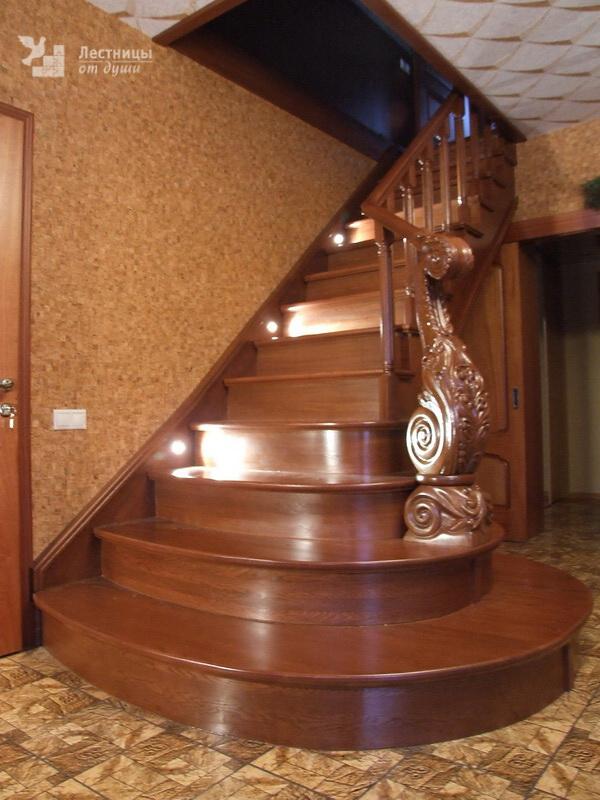 Деревянная лестница на второй этаж с подсветкой