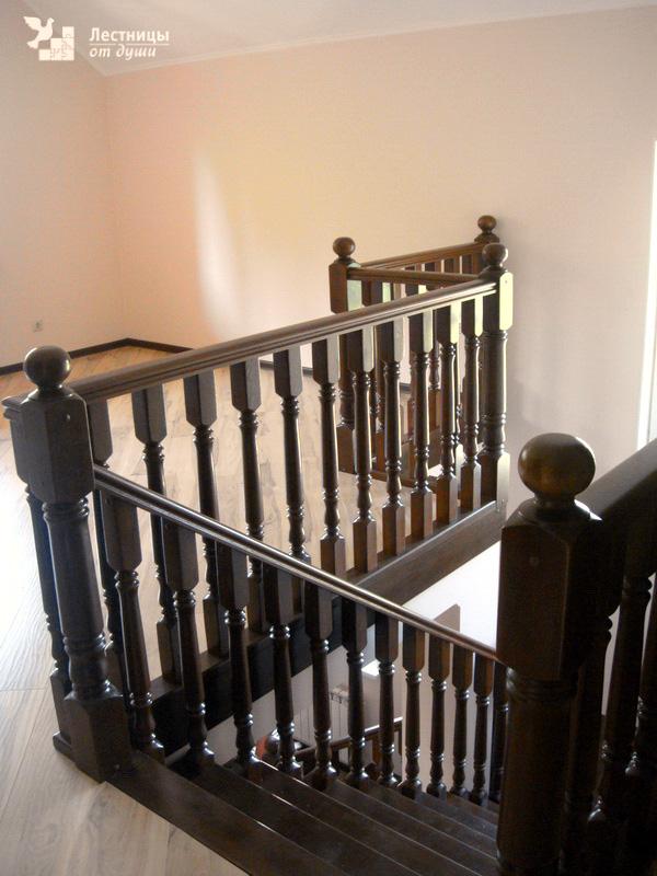 Лестница тонированная из дуба