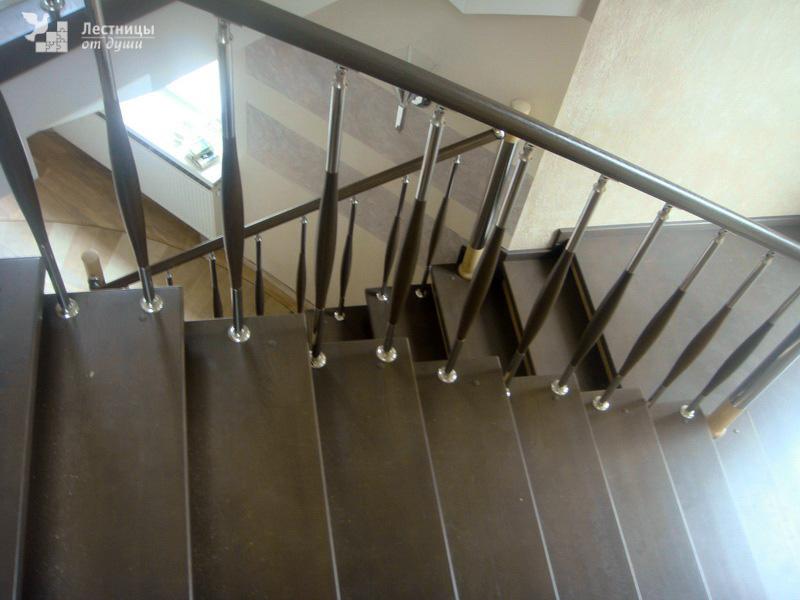 Лестница из дуба с ограждениями из нержавейки