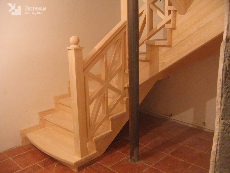 Лестница из сосны с ограждением необычной формы