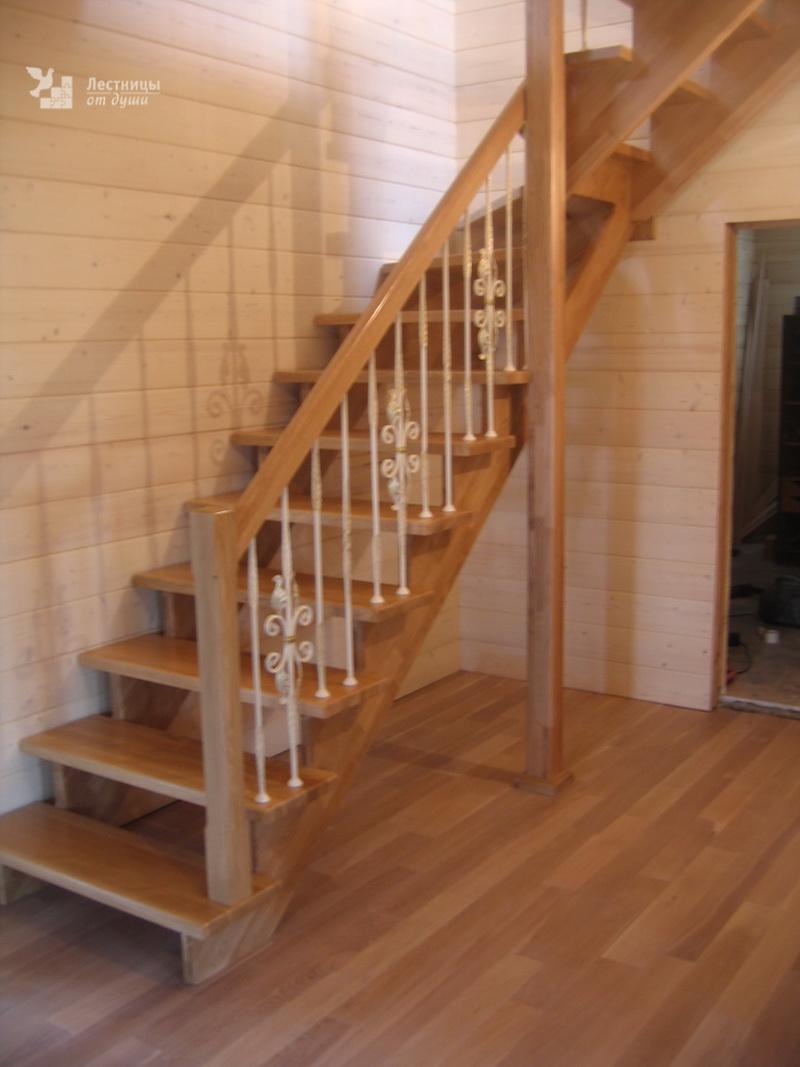 Лестница на второй этаж из дуба с коваными ограждениями