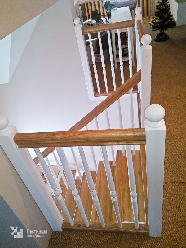 Классическая двухцветная лестница с белыми балясинами