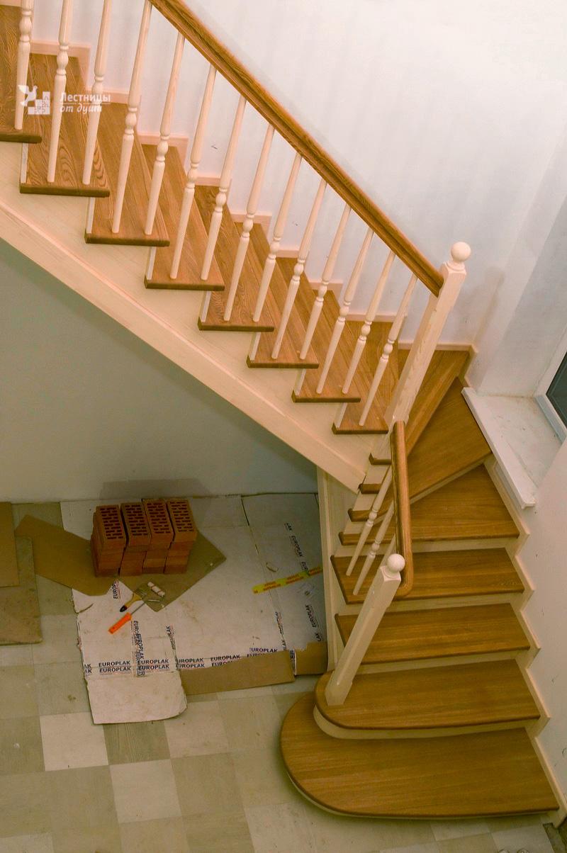 Поворотная двухцветная лестница на 90° из сосны и ясеня