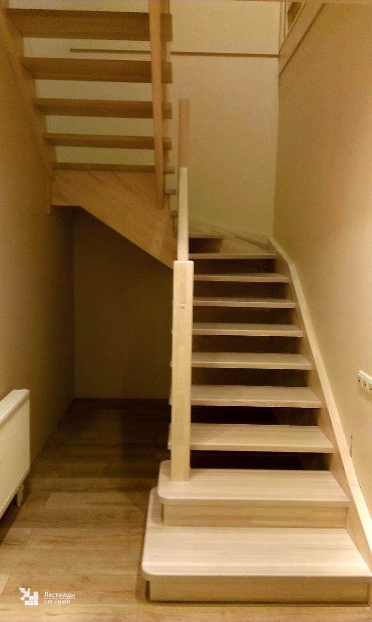 Лестница из лиственницы в деревенском стиле