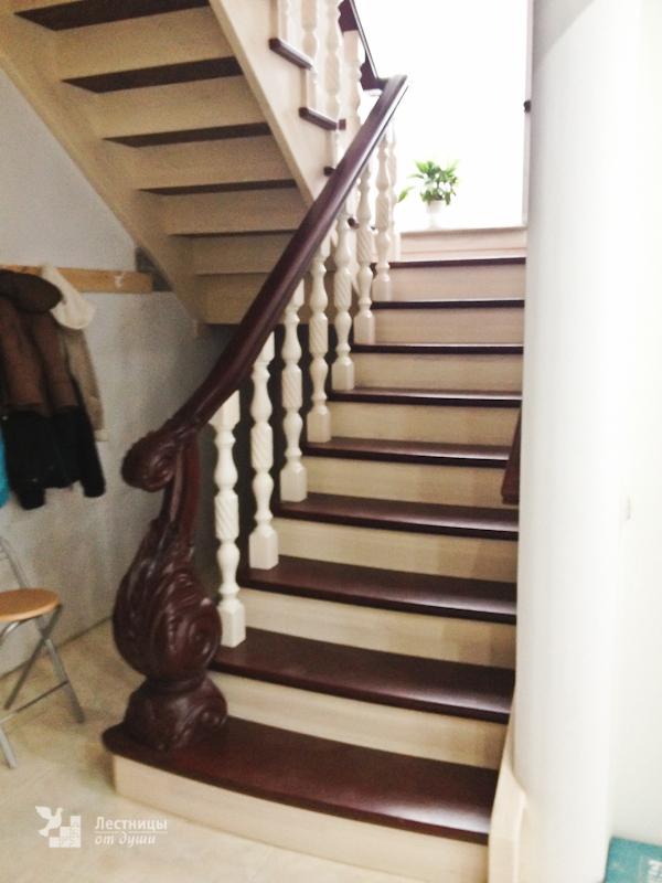 Лестница из ясеня разворотная с площадкой