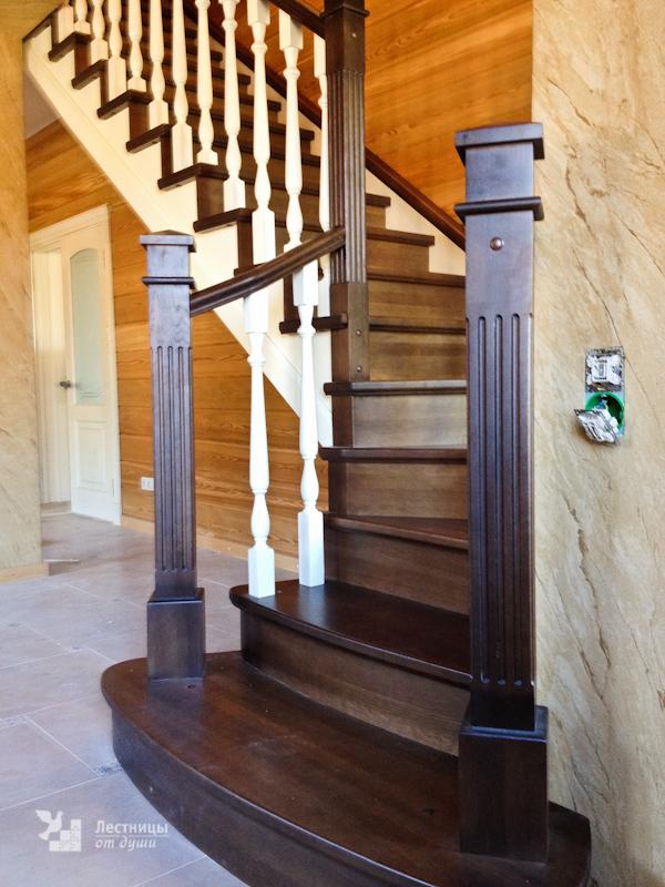 Лестница из дуба с белыми балясинами